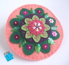 Fivela com mandala em feltro, finamente bordada com lantejoulas. Diâmetro: 10 cm Veja o tipo de presilha no verso da peça.