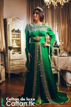 Je vous présente un modèle du caftan marocain magnifique sur notre boutique enligne montrant des conceptions captivantes tous esprits toutes pensés avait une touche d'art appréciant la valeur de nos motifs innovés....
