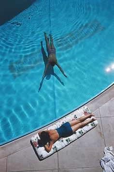 Swimmer And Sunbather - Slim Aarons - http://www.yellowkorner.com/ARTISTES/201/