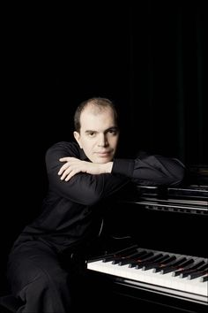 Symphony-pianist-is-dynamic.jpg (800×1200)