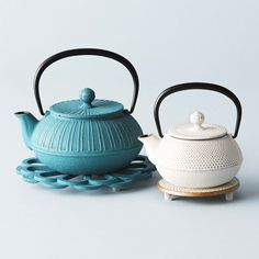 """A color pot that produces stylish tea time, which is very popular with foreigners. Introducing the charm of the southern ironware specialty store """"Odura de Mer"""", an exquisite combination of traditiona Japanese Kitchen, Ceramic Table, Coffee Set, Chocolate Pots, Tea Ceremony, Household Items, Tea Set, Cool Kitchens, Kettle"""