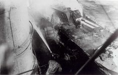La squadra antincendio in azione per spegnere le fiamme a bordo della corazzata Giulio Cesare