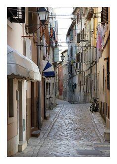 #Croatia #Rovinj Uska ulica u starome gradu. / Narrow street in old town. photographer: Martin Barlow