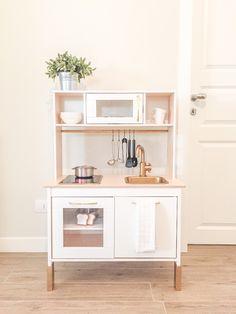 Crea la tua cucina da gioco per bambini personalizzandola con pochi semplici trucchi. La partenza è la cucina giocattolo di Ikea! Leggi subito come fare.