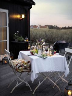 Countryside al fresco dining space - soooo cute!