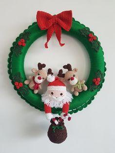 Amigurumi para o Natal: 31 Enfeites Lindos para se Inspirar Crochet Christmas Wreath, Crochet Wreath, Crochet Christmas Decorations, Christmas Crochet Patterns, Crochet Decoration, Holiday Crochet, Handmade Christmas, Christmas Crafts, Christmas Ornaments