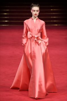 Alexis Mabille Spring 2018 Couture Fashion Show - Delicate color. Could do with something better than that waist detail. Alexis Mabille Spring 2018 Co - Coral Fashion, Modest Fashion, High Fashion, Fashion Dresses, Style Haute Couture, Spring Couture, Collection Couture, Fashion Show Collection, Alexis Mabille