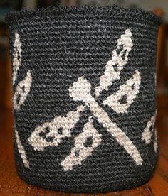 Very cool crochet colorwork on this website with tapestry crochet tutorial Filet Crochet, Knit Or Crochet, Crochet Stitches, Crochet Home, Crochet Crafts, Crochet Projects, Mochila Crochet, Tapestry Crochet Patterns, Crochet Storage