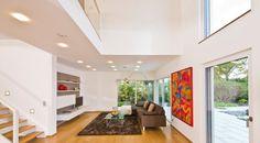 Großzügiges Wohnzimmer mit Lichtgalerie