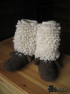 Lamb socks :o) The pattern writer definitely needs to publish this! Knitting For Kids, Loom Knitting, Knitting Socks, Knitting Projects, Crochet Projects, Knitting Patterns, Crochet Patterns, Knit Or Crochet, Crochet Crafts