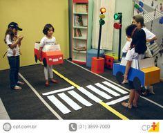 Há inúmeras razões por que  se deve ensinar trânsito nas escolas; dentre elas,  a mais importante é resolver o problema dos acidentes, das  vítimas e das mortes, principalmente envolvendo crianças