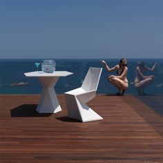 Karim Rashid has created this cool contemporary indoor outdoor furniture with amazing sculptural qualities - the Vertex Collection for Vondom. The design Contemporary Outdoor Furniture, Outdoor Furniture Design, Indoor Outdoor Furniture, Garden Furniture, Outdoor Dining, Karim Rashid, Casa Clean, Outdoor Sculpture, Dining Table Chairs