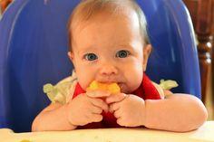 Aprender a comer solo: Objetivos que se consiguen dejando a los bebés comer solos