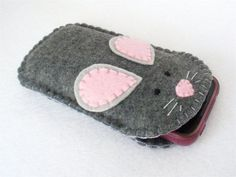 A little gray mouse in your bag holds your iphone and protects it from scratches! This medium gray felt case is hand stitched with pale gray Felt Crafts Diy, Felt Diy, Sewing Crafts, Sewing Projects, Felt Phone Cases, Felt Case, Iphone Cases, Cellphone Case, Sewing For Beginners