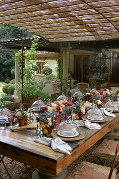 Love this outdoor table setting...very rustic and romantic.