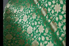 Ceci est une belle benarse pur brocart de soie tissu motif floral en vert et or. Le tissu illustrent petites vignes florales tissées d'or sur fond vert.  Vous pouvez utiliser ce tissu pour faire...