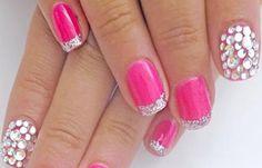 Diseños de uñas con piedras de cristal, diseño de uñas esmalte y piedras.  Más unasdecoradas.club! #decoraciondeuñas #decoratednails #uñasconbrillos