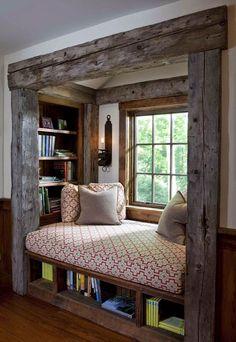 Libreria e divano in ambiente rustico