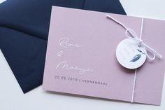 Een stoere save the date met labeltje in de toffe kleuren mauve en donkerblauw #mauve #wedding #savethedate #minimalistisch