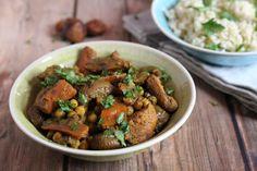 A hús és az aszalt gyümölcsök párosítása ellenállhatatlan.  A tagine eleinte annak az agyagedénynek a neve, volt amiben a marokkói konyha egyik legnépszerűbb húsos, zöldséges, gyümölcsös párolt raguját készítik. Az elnevezés mára ráragadt magára az ételre is. A helyi ételekből, így a tagineből sem… Kung Pao Chicken, Curry, Ethnic Recipes, Food, Curries, Essen, Yemek, Meals