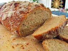 Zutaten für einen Brotlaib: -300 g Roggenmehl -200 g Weizenmehl -15 g Sauerteig-Extrakt -25 g Hefe -10 g Salz -350 ml Wasser -3 EL getrocknete Lavendelblüten -30 g Honig