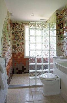 Γυάλινο τούβλο ως μισό κιβώτιο στο μπάνιο με ψηφιδωτά