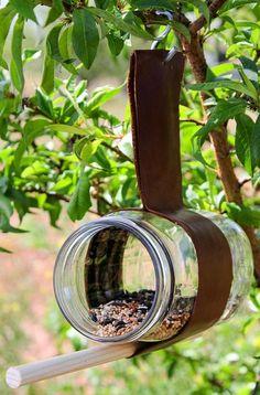 Bastelideen-für-Kinder-im-Sommer_DIY-Futterhaus aus Leder und Glasgefäss
