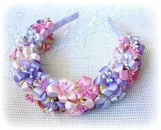 Flower Headband Tutorial, Hair Bow Tutorial, Diy Headband, Headbands, Ribbon Braids, Ribbon Hair Bows, Girl Hair Bows, Satin Ribbon Flowers, Fabric Flowers