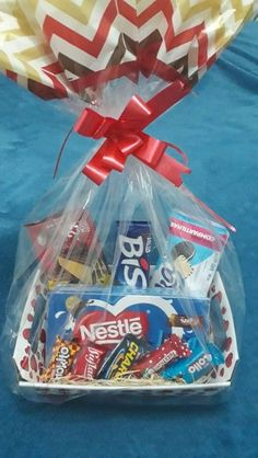 Gift Hampers, Gift Baskets, Candy Bags Birthday, Beauty Room Decor, Food Wishes, Diy Presents, Diy Crafts For Gifts, Love Gifts, Chocolates
