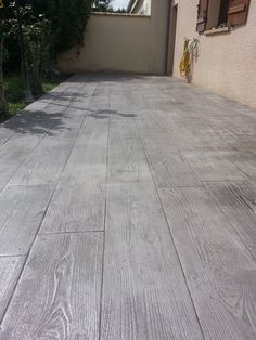 Decorative concrete deck: prices and tips for the right choice - Best Floring Concrete Patios, Concrete Patio Designs, Concrete Ceiling, Concrete Floors, Hardwood Floors, Outdoor Tiles, Outdoor Flooring, Wood Stamped Concrete, Decorative Concrete