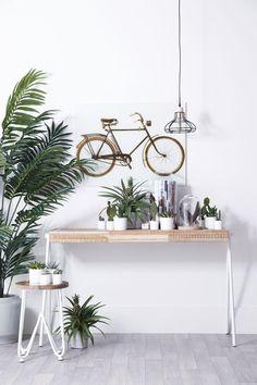 Trendy sidetable! De mooie combinatie van metaal en hout zorgt voor de hippe, industriële look van deze sidetable.