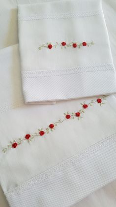 Conjunto de fraldas no Cushion Embroidery, Hand Embroidery Patterns Flowers, Hand Embroidery Videos, Embroidery Stitches Tutorial, Embroidery On Clothes, Baby Embroidery, Embroidery Flowers Pattern, Embroidery Fashion, Hand Embroidery Designs