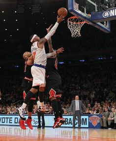 Carmelo Anthony #7 of the New York Knicks scores two in the fourth quarter against the Chicago Bulls at Madison Square Garden on January 11, 2013 in New York City.