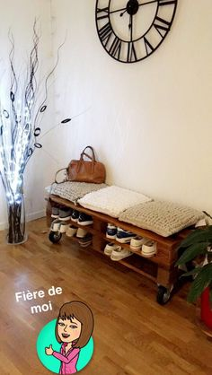 Meuble a chaussure/banc réalisé avec 2 palettes 💪🏼⚒🔝 #palette #meuble #meubleachaussure #banc Beige Room, Design Art, Toddler Bed, Recycling, Sweet Home, New Homes, House Design, Interior, Couture