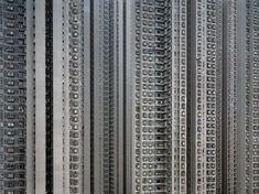 Гонконг является самым густонаселенным городом мира. На каждый квадратный километр приходиться 6400 жителей. Для проживания такого количества народа, власти плотно застраивают многоэтажными домами большие площади. Фотограф Михаэль Вольф выпустил красивую серию фотографий под названием…