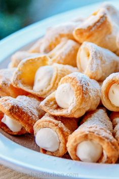 These puff pastry cream horns are easy and impressive for any special occasion! This is my Mother's cream horns recipe (aka trubochki). You don't have to wait for a party to make these puff pastry cream horns. They are easy and super impressive. Puff Pastry Desserts, Pastry Recipes, Mini Desserts, Delicious Desserts, Dessert Recipes, Cooking Recipes, Yummy Food, Puff Pastries, Choux Pastry