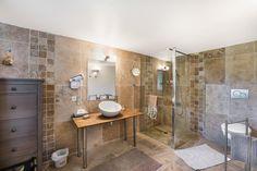 Salle de bain carrelage en pierre - Chambre d'hôtes n°G268720 à Rochebaudin dans DROME  PROVENCALE (La Drôme) de Marie-Josée BRIFFAUD. Découvrez le Domaine d'Hermarie, ancienne magnanerie du 17ème siècle entièrement rénovée. Des chambres d'hôtes nichées dans un écrin de 7000 m2, avec une