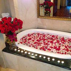 Valentine Day Red Roses Bubble Bath Interior Design Bathroom Dream Home Romantic Room, Romantic Night, Romantic Things, Romantic Moments, Romantic Dates, Romantic Dinners, Romantic Gifts, Girly Things, Romantic Ideas