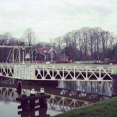De Muntbrug - Het Merwedekanaal werd tussen 1880 en 1892 gegraven. De Leidsche Rijn en de Leidseweg werden door het kanaal doorsneden. - - Een deel van de Leidseweg werd verlegd en er werd in 1887 een 37 meter lange en brede draaibrug aangelegd, die de nieuwe overgang vormde. Op de brug stonden 6 lantaarns, die werkten op petroleum. Na de bouw van de Rijksmunt in 1912 kreeg de Muntbrug zijn naam. - - De brug werd met handkracht gedraaid. De brug- en sluiswachter kreeg aan de Kanaalweg, bij…