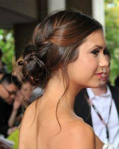 idée coiffure de bal Nina Dobrev avec chignon bas et des mèches torsadées