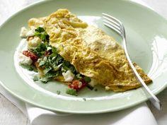 Gefülltes Omelett mit Tomaten, Pilzen und Schafskäse
