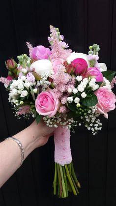bouquet de mariée pivoines, roses, astilbe, matricaire et gypsophile
