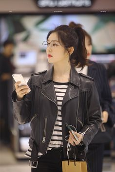 Holy shizz Irene in a leather jacket is beyond beautiful Kpop Fashion, Korean Fashion, Girl Fashion, Fashion Outfits, Red Velvet アイリーン, Red Velvet Irene, Seulgi, Asian Music Awards, Red Valvet