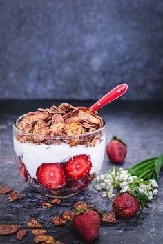 Mic dejun cu căpșuni, iaurt și fulgi de porumb cu ciocolată, modul perfect, aromat, parfumat și colorat prin care începe o zi frumoasă Romanian Desserts, Acai Bowl, Sweet Treats, Deserts, Vegan, Breakfast, Food, Cakes, Fitness