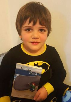 Tenemos unos amig@s abisales que son lo mejor, aún no saben leer y ya quieren devorar Mundo Abisal. Quizá sean los superpoderes de Batman, quién sabe... Gracias a los peques y a sus mamis y papis que con tanto amor introducen a sus hij@s en el maravilloso mundo de la lectura. #libros #literatura #infantil #juvenil #LIJ #mesdelibro #Tribulectora