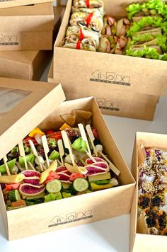 Catering Trays, Lunch Catering, Food Box Packaging, Food Packaging Design, Sandwich Buffet, Beach Treats, Burger Restaurant, Food Platters, Cafe Food