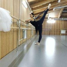 Это я мечтаю перевести алезгон в арабеск без потери высоты👌с левой ноги 🙈 #ballerina #ballet #balletstudio #dancer #stretching