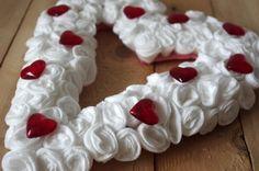 Bílé valentýnské srdce - Odličovací tamponek do půlky nastřihneme a stočíme do kytičky. Ty potom lepíme tavnou pistolí těsně vedle sebe. Srdce můžeme dozdobit červenými srdíčky. ( DIY, Hobby, Crafts, Homemade, Handmade, Creative, Ideas)