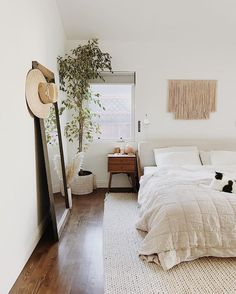 You have a nice living room but no room? And if you partition your living room to create this room you dream? How to create two separate spaces in a room without heavy work? Bedroom Apartment, Home Decor Bedroom, Apartment Living, Cozy Bedroom, Bedroom Simple, Bedroom Bed, Small Minimalist Bedroom, Mirror Bedroom, Bedroom Carpet