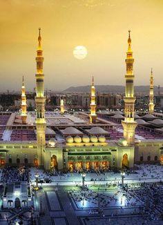 Santuario de Medina, donde se hallan enterrados los restos del profeta Mahoma y parte de su familia. Debido a ello, Medina se convierte en una ciudad santa para los creyentes musulmanes, que suelen peregrinar allí cuando van a La Meca.